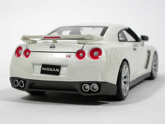 2009 Nissan GT-R diecast model car 1:24 scale die cast by Maisto - White 31294