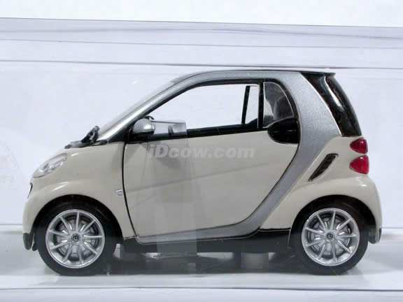 Smart Fortwo diecast model car 1:24 scale die cast by NewRay - White