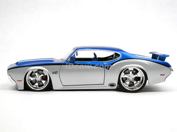 1970 Oldsmobile 442 diecast model car 1:24 scale die cast by Jada Toys - Blue Silver 90552