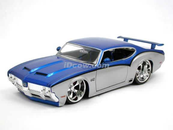 1970 Oldsmobile 442 diecast model car 1:24 scale die cast by Jada Toys - Blue Silver 90552
