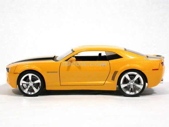 2006 Chevy Camaro diecast model car 1:24 scale die cast by Jada Toys - Bumble Bee Yellow 91782