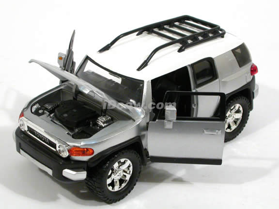 2007 Toyota FJ Cruiser diecast model car 1:24 scale die cast by Jada Toys - Silver 91848