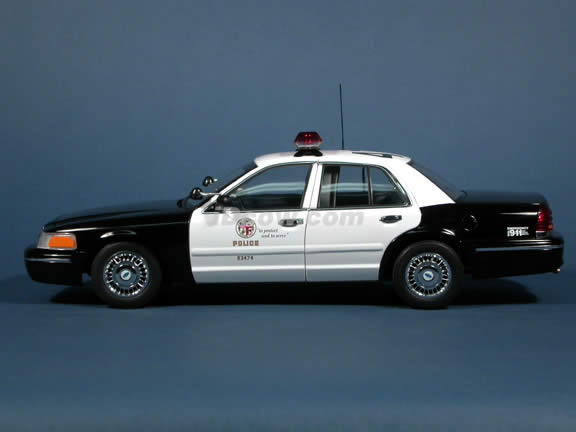 2004 Ford Crown Victoria LAPD Police Car diecast model car 1:18 scale die cast by AUTOart