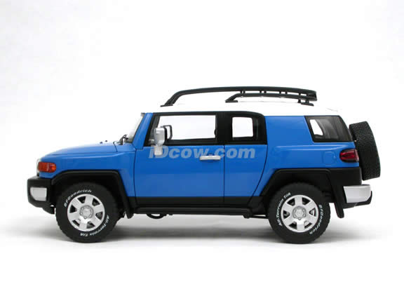 2007 Toyota FJ Cruiser diecast model car 1:18 scale die cast by AUTOart - Blue 78855