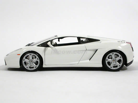 2007 Lamborghini Gallardo diecast model car 1:18 scale die cast by Bburago - White 12015