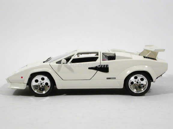 1985 Lamborghini Countach diecast model car 1:18 scale 5000 Quattrovalvole by Bburago - White 1812027