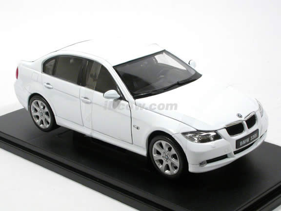 2008 BMW 330i diecast model car 1:18 scale die cast by Welly - White