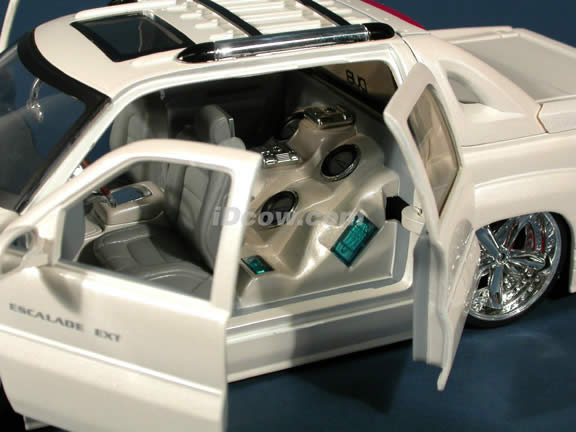 2002 Cadillac Escalade EXT diecast model car 1:18 scale from Dub City Jada Toys - Pearl White