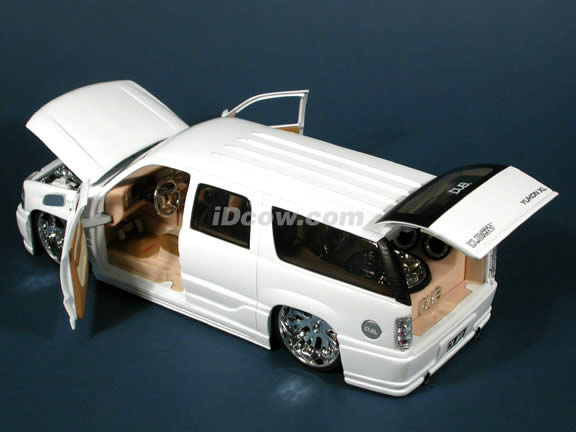 2003 GMC Yukon Denali diecast model car 1:18 scale from Dub City Jada Toys - White