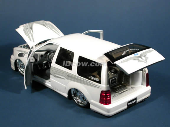 2003 Ford Expedition diecast model SUV with D'vinci 'Pasha' wheels 1:18 scale die cast from Dub City Jada Toys - Pearl White
