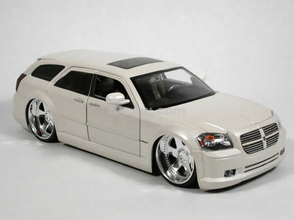 2006 Dodge Magnum R/T diecast model car 1:18 scale die cast by Jada Toys Dub City - Pearl White 90292