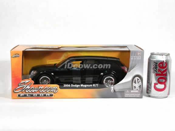 2006 Dodge Magnum R/T diecast model car 1:18 scale die cast by Jada Toys Showroom Floor - Black Stock 90605
