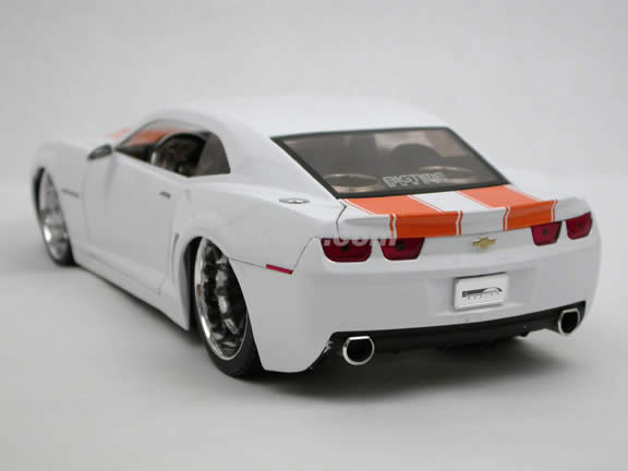 2006 Chevy Camaro Concept diecast model car 1:18 scale die cast by Jada Toys Bigtime Muscle - White 91080