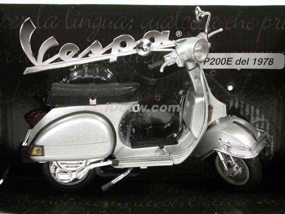 1978 Vespa P200E diecast scooter 1:12 scale die cast by NewRay - Silver
