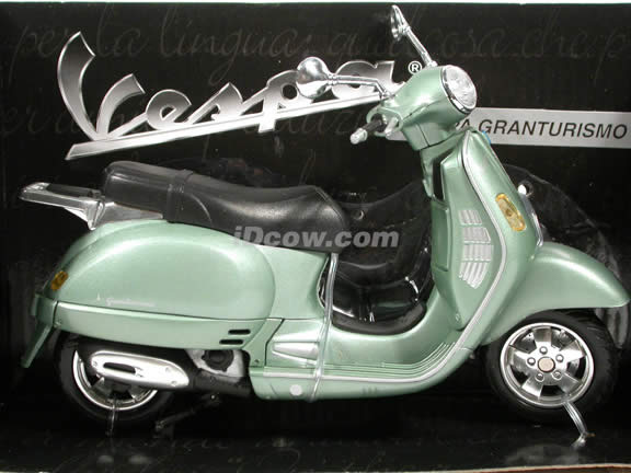 2004 Vespa Granturismo diecast scooter 1:12 scale die cast by NewRay - Green