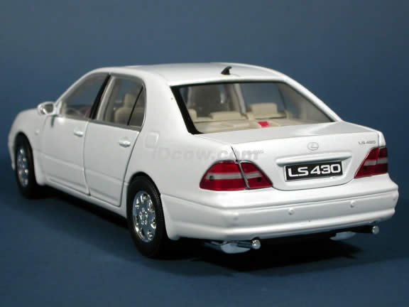 2002 Lexus LS 430 diecast model car 1:18 scale die cast by Motor Max - Pearl White