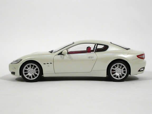 2008 Maserati Gran Turismo diecast model car 1:18 scale die cast by Mondo Motors - Pearl White 500413