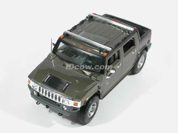 2004 Hummer H2 SUT Diecast model car 1:18 scale die cast by Maisto - Green