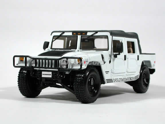 2000 Hummer H1 diecast model car 1:18 scale die cast by Maisto - White