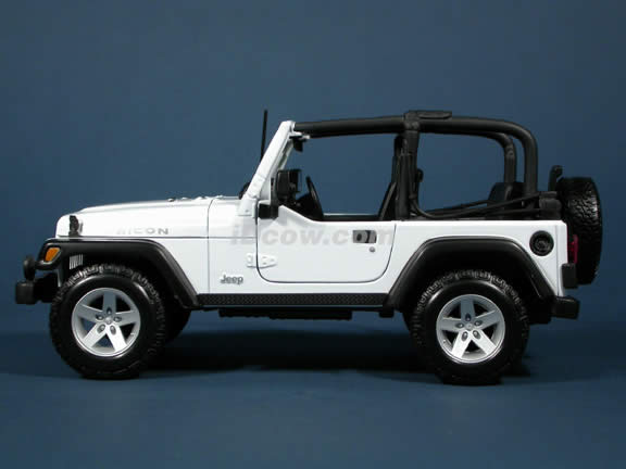 2004 Jeep Wrangler Rubicon diecast model car 1:18 scale die cast by Maisto - White