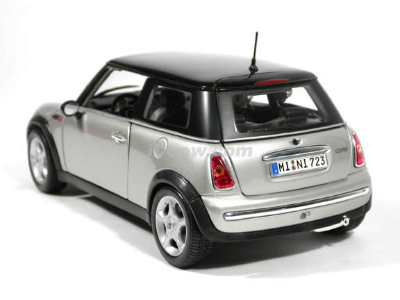 2001 Mini Cooper diecast model car 1:18 scale die cast by Maisto - Silver