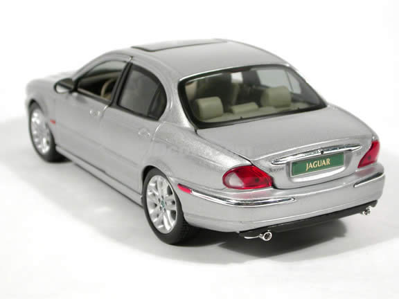 2001 Jaguar X-Type diecast model car 1:18 scale die cast by Maisto - Silver