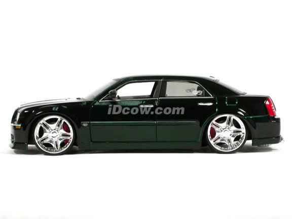 2005 Chrysler 300 C diecast model car 1:18 scale die cast by Maisto Playerz - Candy Green