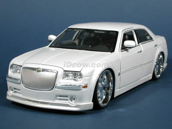 2005 Chrysler 300 C diecast model car 1:18 scale die cast by Maisto Playerz - Pearl White