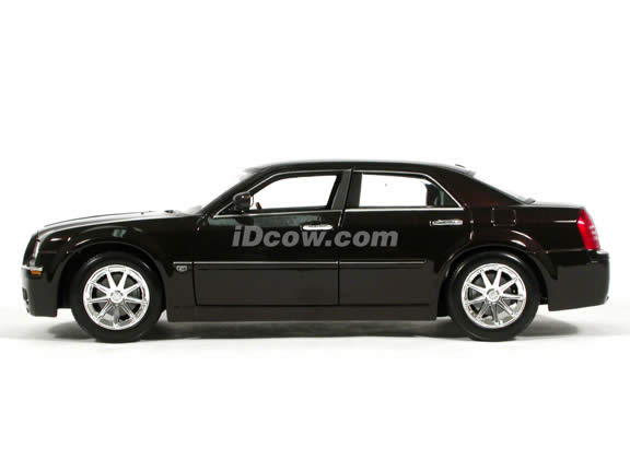 2005 Chrysler 300 C Hemi diecast model car 1:18 scale die cast by Maisto - Plum