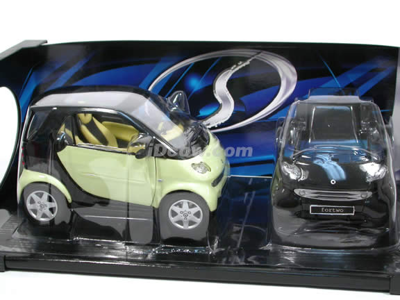 2000 Smart Fortwo diecast model car 1:18 scale die cast by Maisto - Black and Green 31852