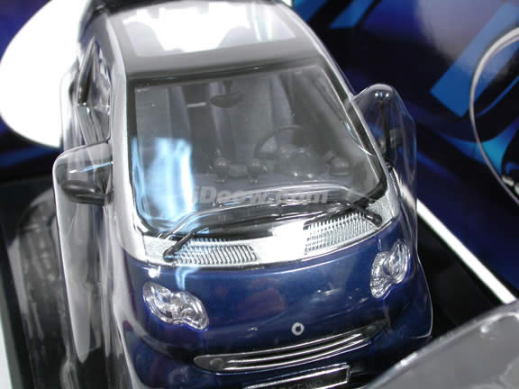 2000 Smart diecast model car 1:18 scale die cast by Maisto - Silver and Blue 31852