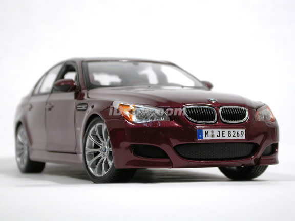 2007 BMW M5 diecast model car 1:18 scale by Maisto - Plum 31144