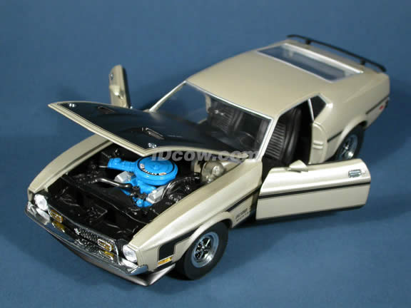 1971 Ford Mustang Boss 351 Diecast model car 1:18 scale die cast by Sun Star - Warm Silver