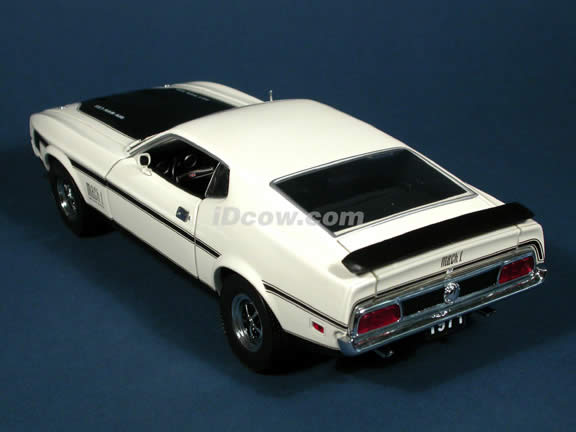 1971 Ford Mustang Mach 1 Diecast model car 1:18 scale die cast by Sun Star - White