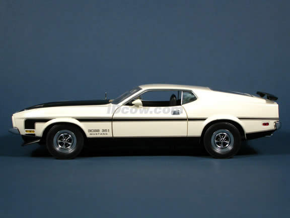 1971 Ford Mustang Boss 351 Diecast model car 1:18 scale die cast by Sun Star - Cream