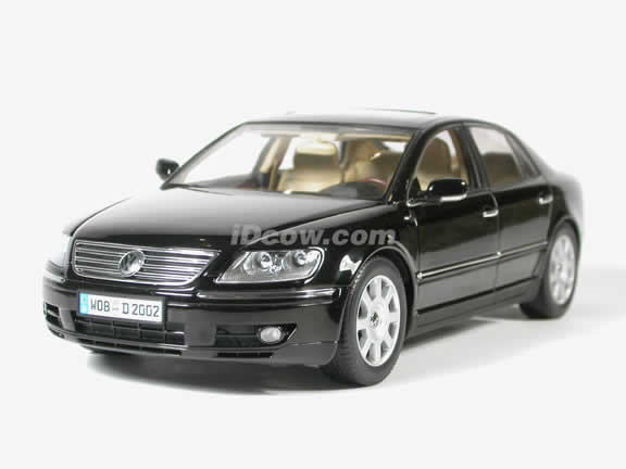 2004 Volkswagen Phaeton diecast model car 1:18 scale die cast by AUTOart - Black