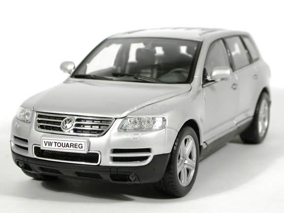 2004 Volkswagen Touareg V10 diecast model SUV 1:18 scale die cast by Welly - Silver